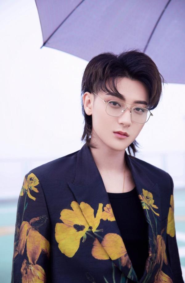 黄子韬帮助《乘风破浪的姐姐2》总决赛的三首歌曲演唱 展现舞台魅力