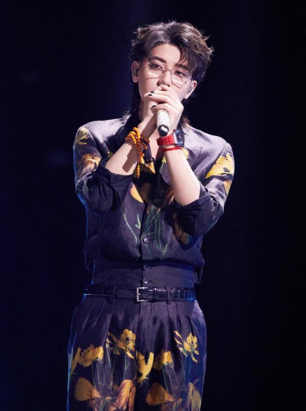 黄子韬助阵《乘风破浪的姐姐2》总决赛 三首歌曲连唱大展高燃舞台魅力