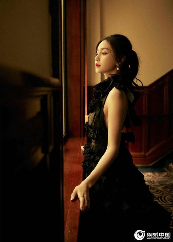 杨颖参加时尚活动 黑玫瑰造型上榜热搜 惊艳网友
