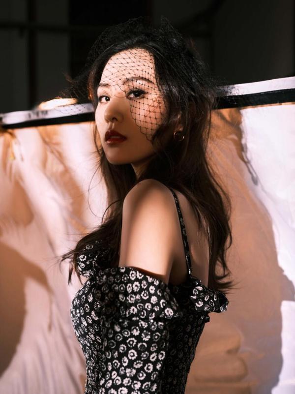 刘诗诗出席前卫活行 印花连衣裙彰显高级质感