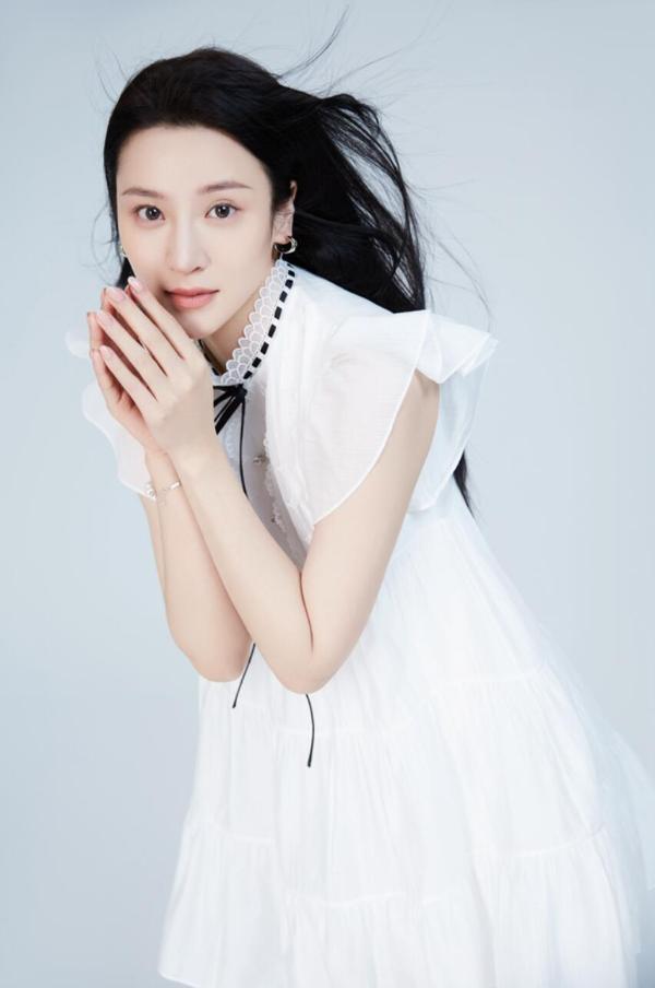 演员周雪菲曝光春日写真 诠释自信魅力眼神气质满分