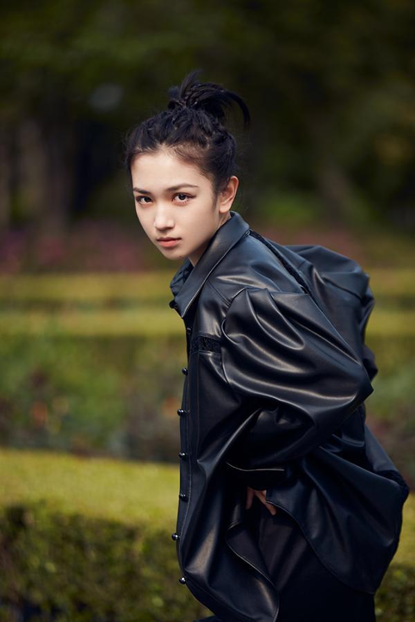代露娃ALL BLACK装扮亮相上海时装周,甜酷兼并彰显超强可塑性