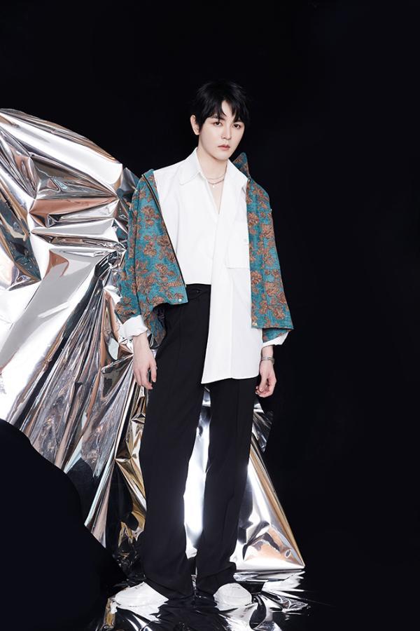 戴景耀亮相上海时装周,复古暗花刺绣外套尽显贵公子风范