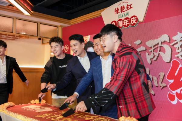 """国民舅舅王耀庆现身""""陈艳红老火锅两周年庆""""活动现场"""