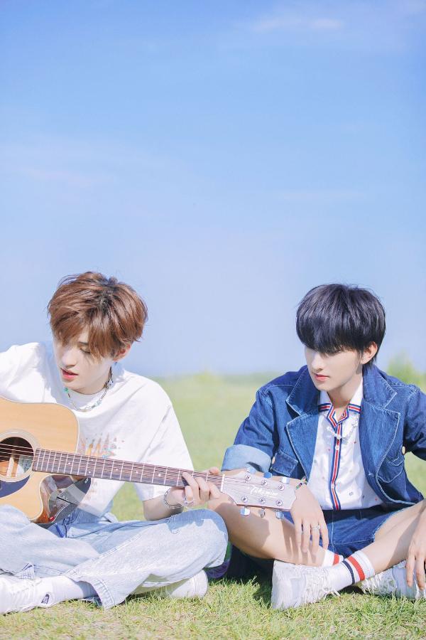 林煜修钟骏一发布单曲 《观众席》演绎夏日清新感