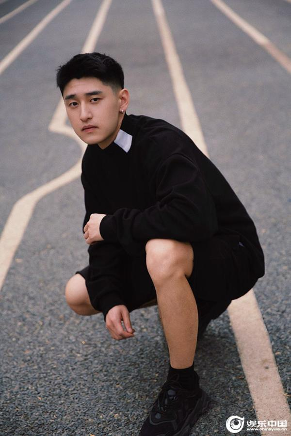 演员张雨旭初夏写真 酷感少年感气质忧郁