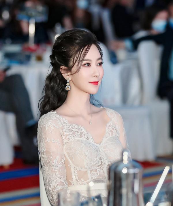著名歌唱家伊丽媛再登中国慈善榜 荣获年度慈善事业推广大使奖