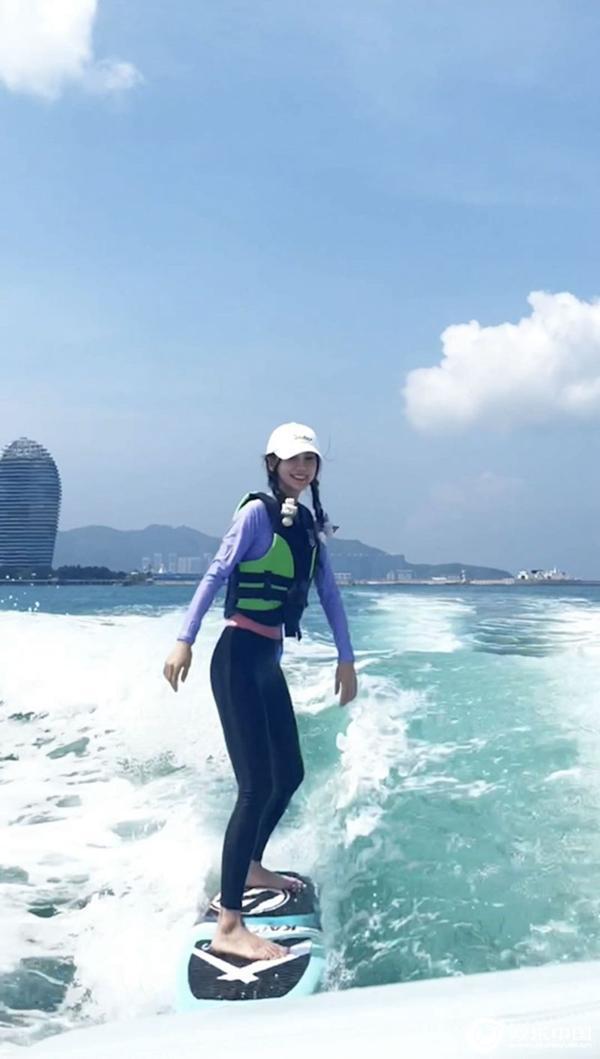 Angelababy夏日冲浪视频释出 运动风造型展现好身材