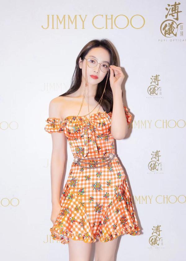宋茜现身品牌活动 橙色格纹裙点亮夏日气息