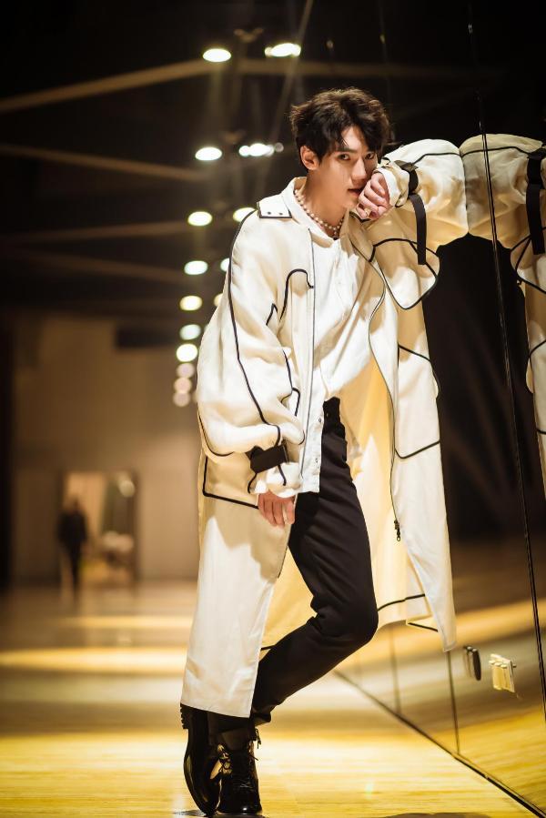 李宸希直播演唱《青春纪念册》 唱青春展现青年风姿