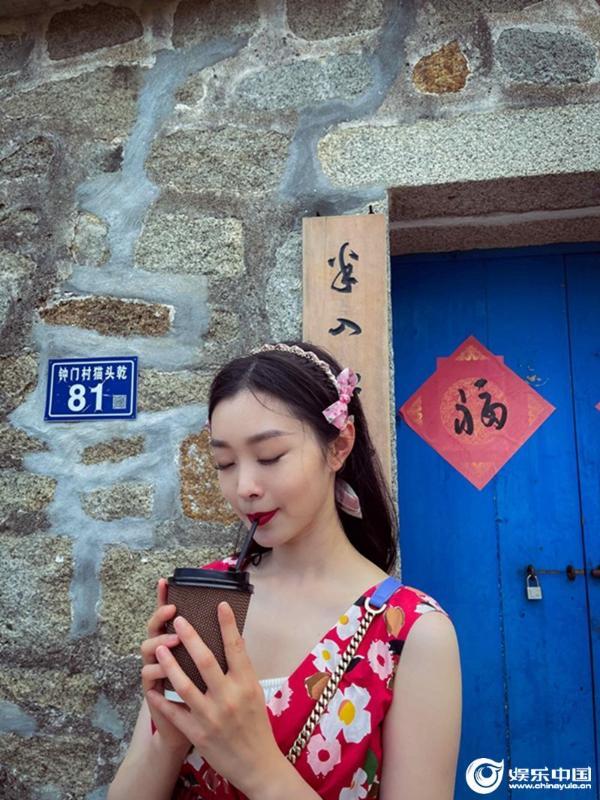 《追星星的人》福建录制 宋轶释出度假风大片甜美优雅