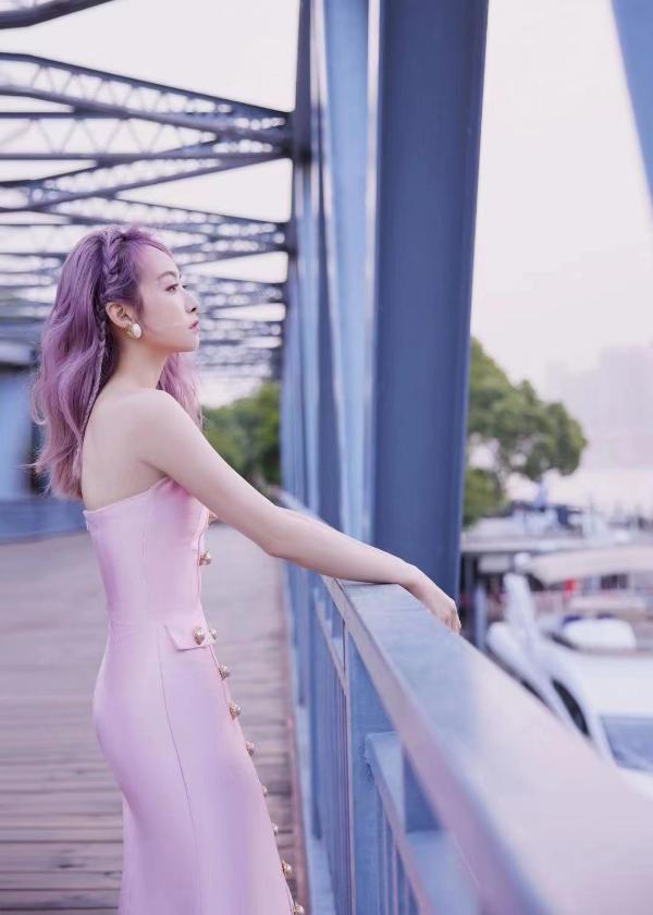 宋茜出席品牌活动 粉发粉裙超吸睛
