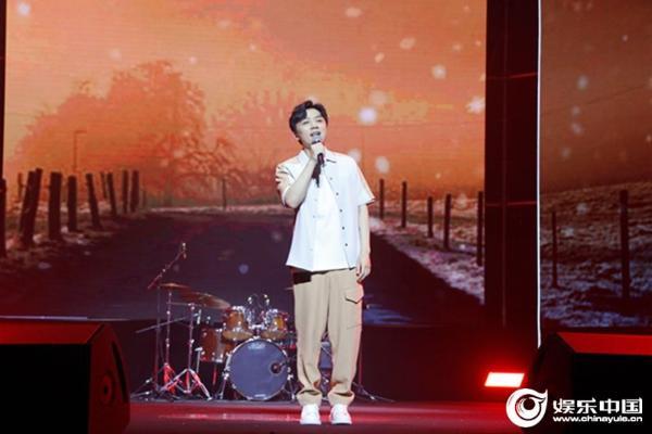 张磊携专辑新作亮相音乐盛典 《再见少年》新歌首唱感动全场