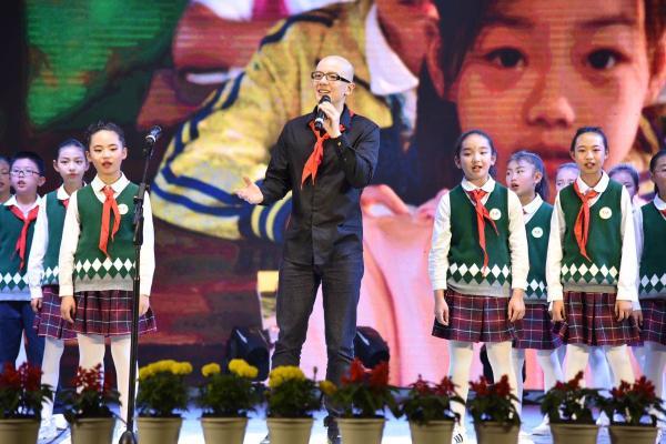 """歌手平安赴脱贫山区陪孩子们过""""六一"""" 戴红领巾与学生温暖合唱"""