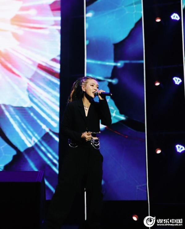 """歌手毕夏献唱""""好声音""""盛典 热情自信传递炽热力量"""