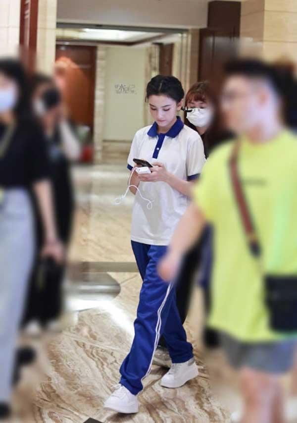 宋亚轩刘耀文合体录制《萌探探探案》校服造型彰显青春元气