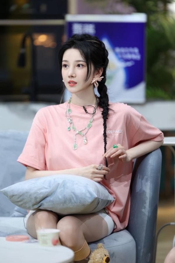 陈小纭《让生活好看》第二季晒童年萌照 拍照姿势多年未变