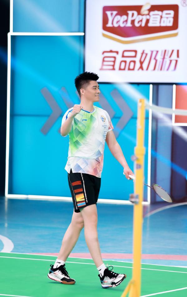 《运动不一样5》羽坛冠军傅海峰秀超A技能 与小选手比拼燃爆全场