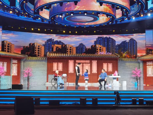 李宸希登六一晚会 与谢芳阿拉蕾同台演绎一家人