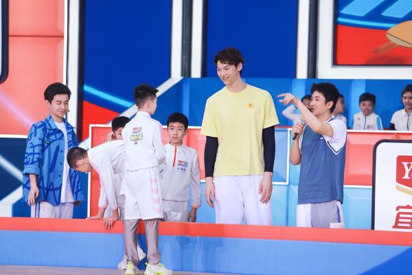 王哲林蒙眼投篮超帅气,《运动不一样5》孩子们将篮球玩出新花样