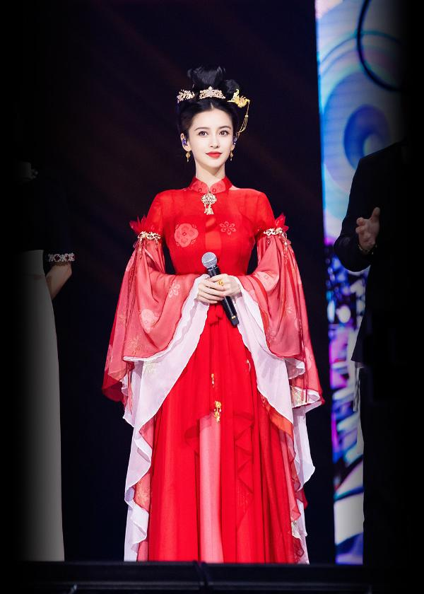Angelababy演唱《星月神话》 金簪红衣造型展现别样气质