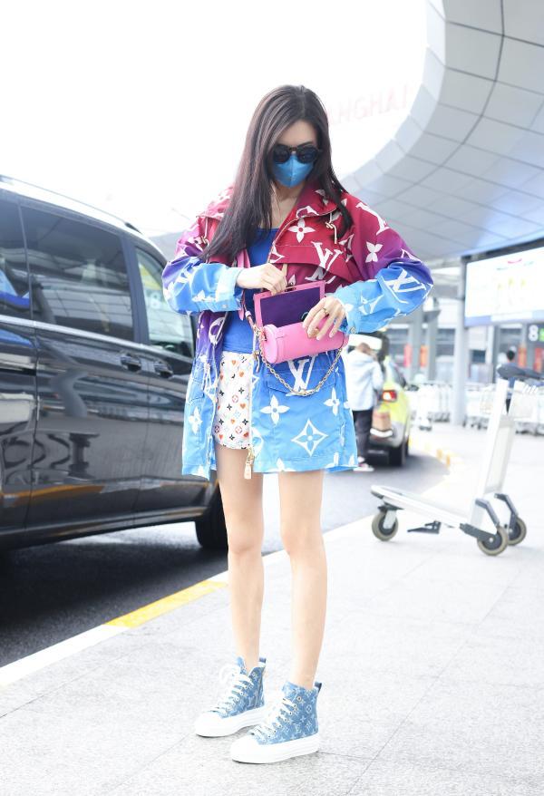 张柏芝休闲装现身上海机场 热情打招呼亲和力十足