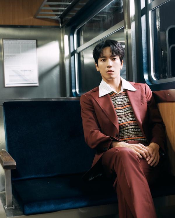 「全能歌王」萧敬腾 为 「韩国首席型男乐团CNBLUE主唱」郑容和加持全新单曲《禁爱条款》