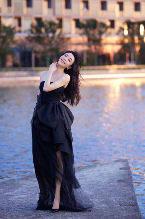 张静初出席时尚盛典获最具风尚女演员奖 黑色浪漫纱裙尽展优雅气质
