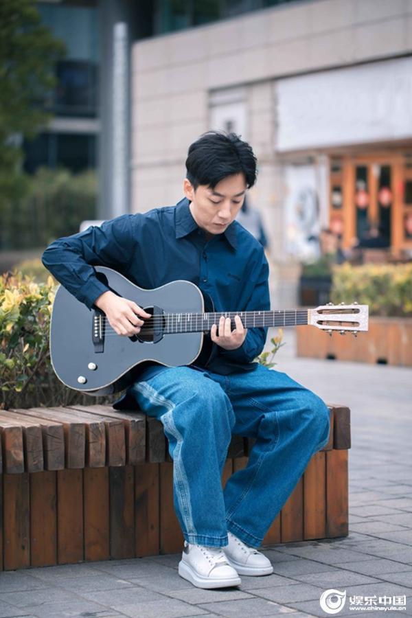 张磊用歌声传递正能量 新作连发致敬新时代