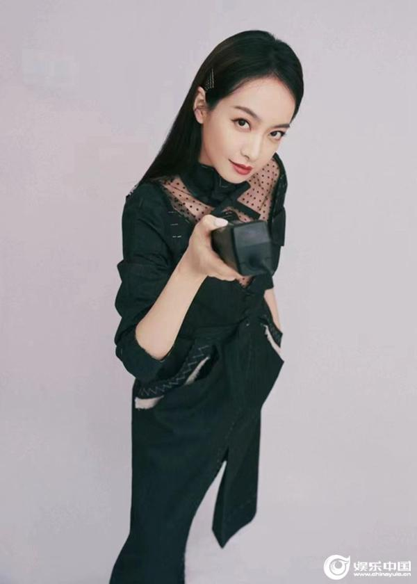 宋茜现身时尚展览活动 黑色解构撕边裙彰显个性魅力