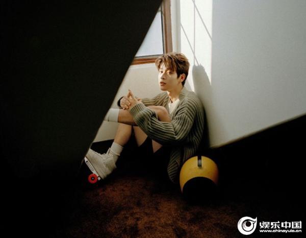 吴宇恒时尚新片释出 滑轮少年悠然诠释午后慢时光