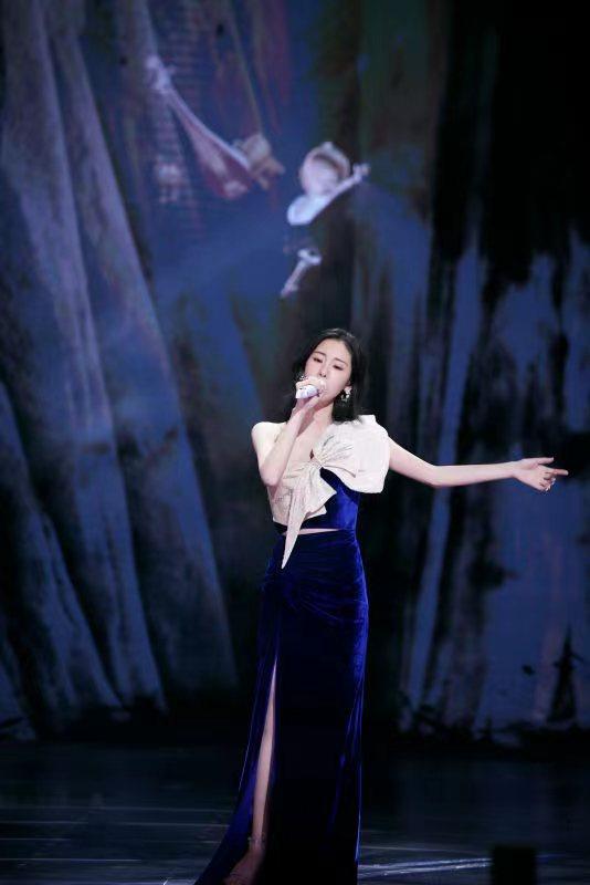 张碧晨亮相腾讯视频拾光盛典 首唱《光的方向》燃全场
