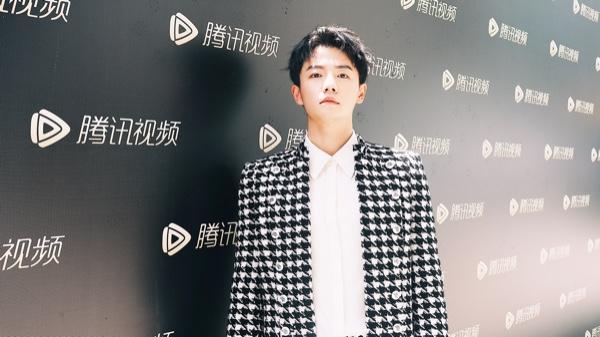 夏志远出席腾讯视频拾光盛典 复古宫廷风展现时尚品味