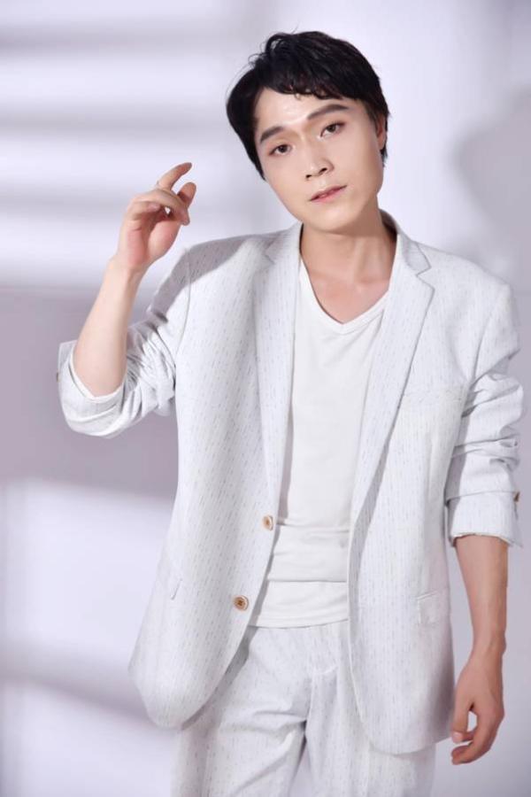 张艺洋最新写真曝光 白色西装帅气逼人