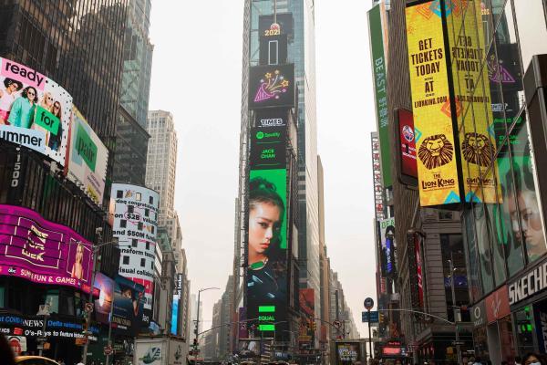 环球音乐旗下中国香港女歌手陈凯咏Jace登上时代广场大屏