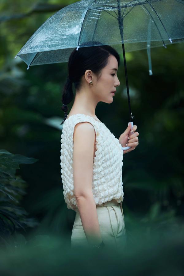 车永莉雨中漫游 侧颜绝美气质优雅