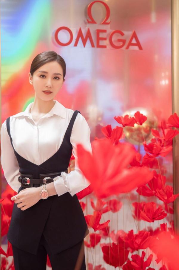 """刘诗诗亮相""""繁花·星海""""品牌巡展上海站 白衬衫阔腿裤尽显优雅姿态"""
