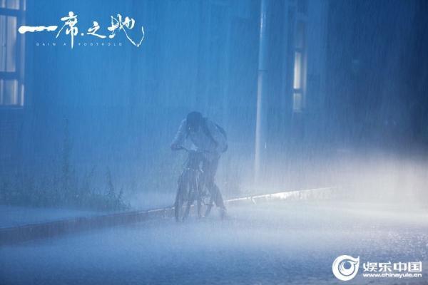 """电影《一席之地》曝光""""追逐""""版预告 刻画风雨人生传递青春正能量"""