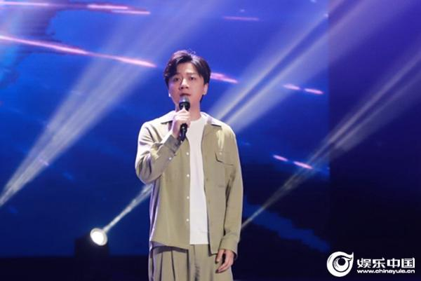 歌手张磊亮相音乐盛典献唱《再见少年》 悉心点评学员传递音乐魅力