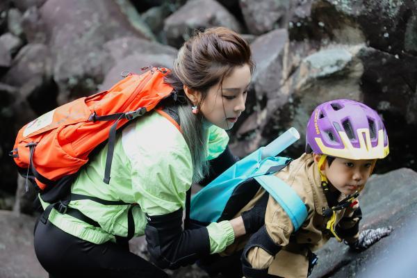 《爸爸带你闯一夏》向佐保护小女孩穿越亿年天石滩,奥斯卡挑战世界级攀岩赛道