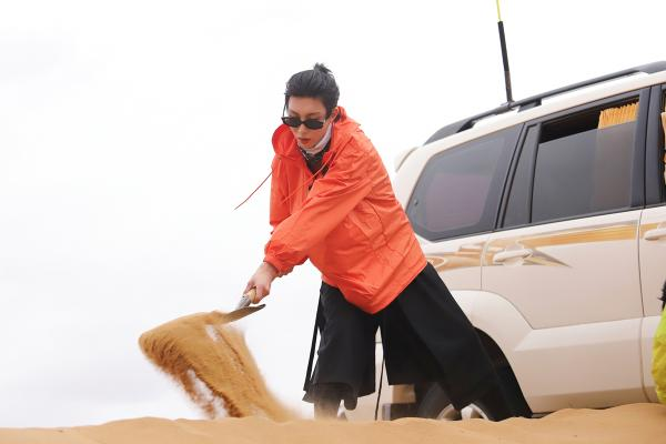 《爸爸带你闯一夏》向佐徒步穿越戈壁滩 奥斯卡沙漠越野遇险情?