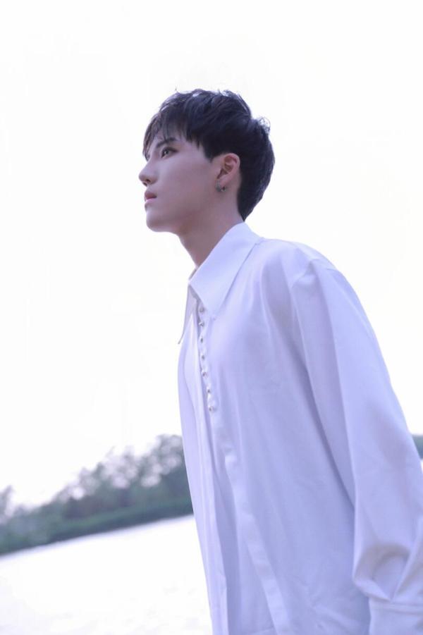 李逸晨星河大片释出 纯欲气息神秘浪漫演绎时尚多面性