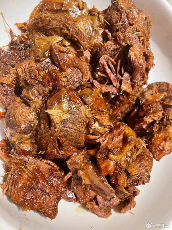 林更新晒自制美味酱牛肉 被网友戏称微博厨神