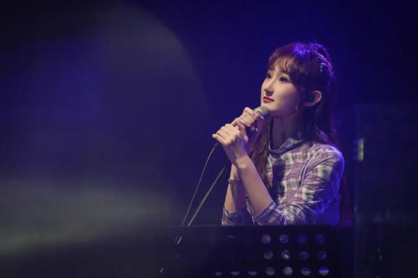 00后唱作人陈雪凝生日音乐会直播 献唱多首原创热门歌曲