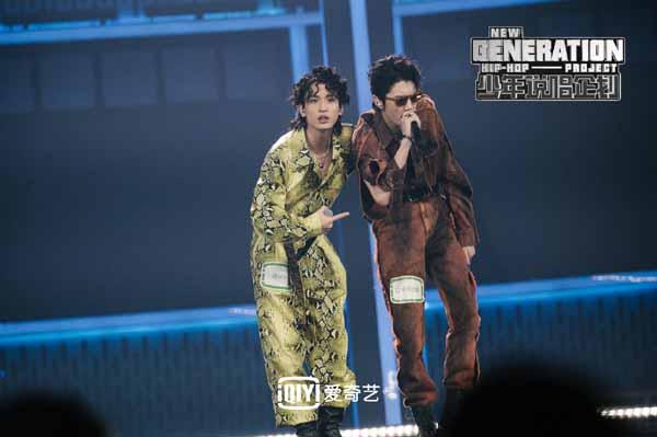 《少年说唱企划》BOSS团舞台来袭灵超广东话rap嗨翻全场