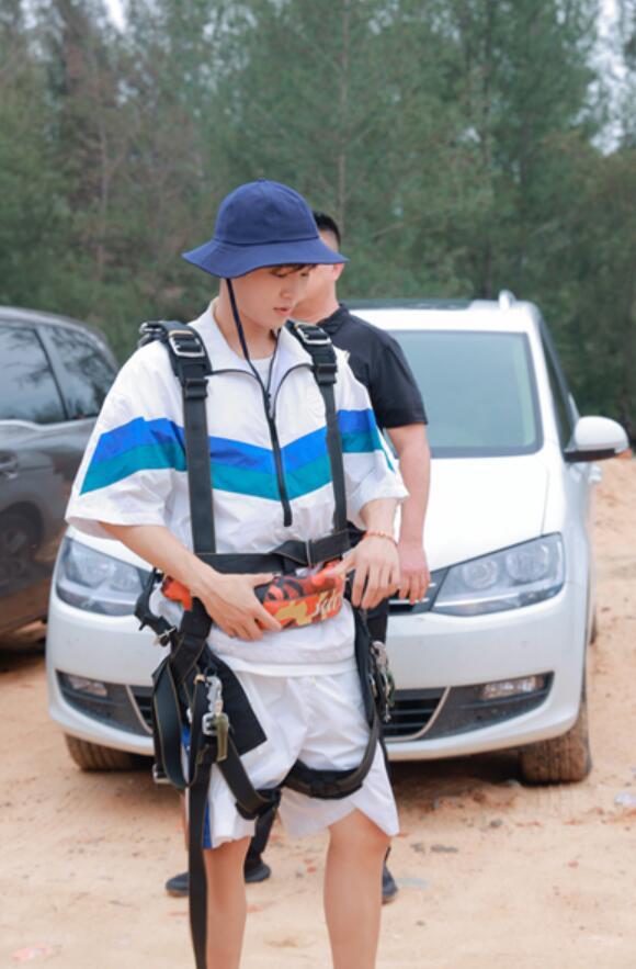 《完美的夏天2》李汶翰挑战四千米高空跳伞 利路修体验超高水滑梯