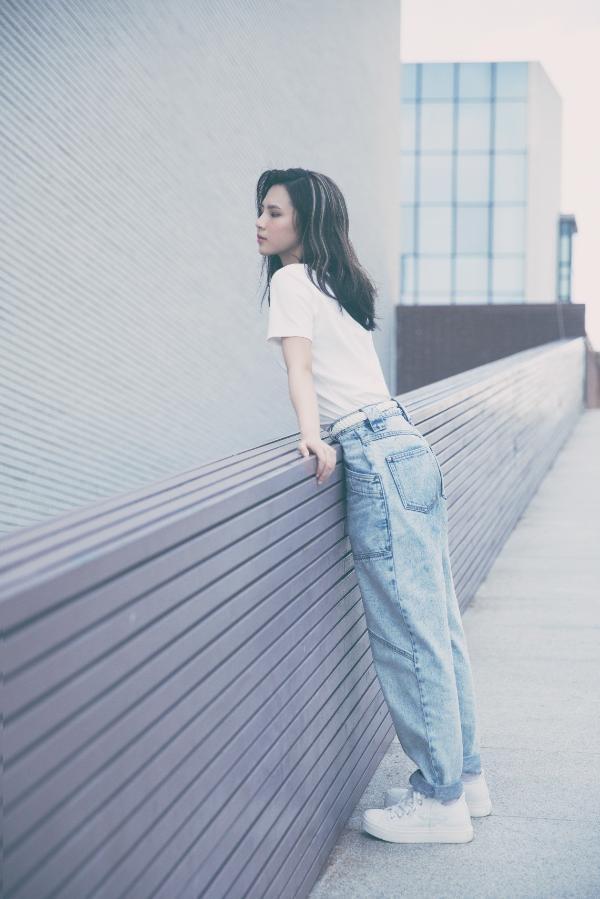 刘亦芊文艺写真温柔甜美 手抱吉他气质灵动