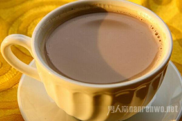 奶茶 第三个新疆美食是奶茶,很多人都喜欢喝奶茶,但大家已经很少喝过新疆的奶茶吧。奶茶可是新疆人民非常喜欢喝一种饮料了。他们认为宁可一天都不吃食物,也不能一天不喝奶茶。左可以看出来他们对奶茶的喜爱程度。新疆奶茶的普通奶茶的不同之处就是在奶茶里加一点盐,他们喜欢喝咸的奶茶。