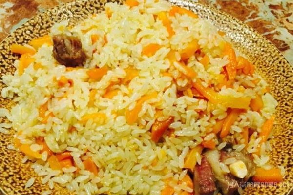 抓饭 第二个美食是新疆抓饭,抓饭是新疆维吾尔族等民族非常喜爱的美食。新疆人喜欢抓饭的程度就和北方人喜欢吃面食,南方人喜欢吃米饭一样。早先的新疆人吃抓饭一般都用手抓着吃,到了现在都改成用筷子和勺子吃了。抓饭和我们平常吃的炒米饭类似,都是由米饭和洋葱,胡萝卜等炒在一起。