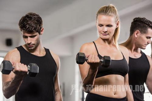 为什么男士健身要练哑铃训练? 一副哑铃练编全身肌肉